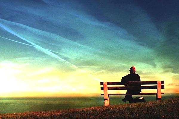 homem sentado num banco